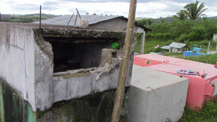 Una de las tumbas profanadas en el cementerio de San Luis, Petén. (Foto Prensa Libre: Walfredo Obando)