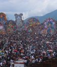 Miles de visitantes nacionales y extranjeros asistieron al Festival de Barriletes en Sumpango, Sacatepéquez. (Foto Prensa Libre: Víctor Chamalé)