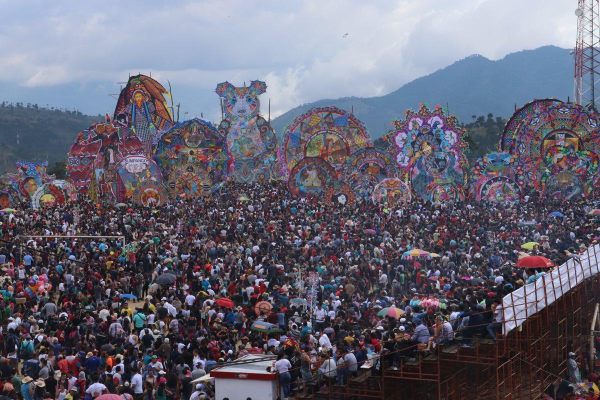 Cielo luce de colores en el Festival de Barriletes de Sumpango y Santiago Sacatepéquez