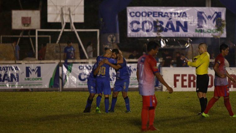 Los jugadores de Cobán Imperial celebran el triunfo frente a Iztapa, en la fecha 17. (Foto Prensa Libre: Aura Andersen)