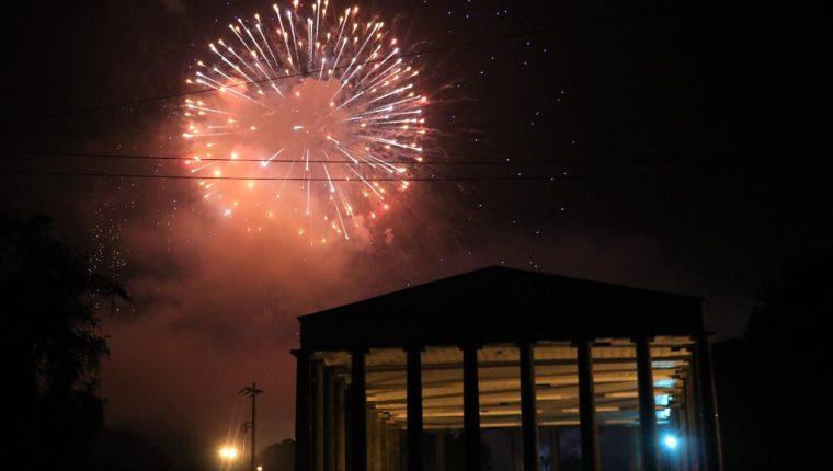 El cielo de Xela se iluminó en la noche de los deseos donde las familias pudieron compartir y disfrutar el show de luces. (Foto Prensa Libre: Raúl Juárez)