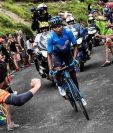 Nairo Quintana es apoyado por aficionados durante el recorrido de la etapa 17 del Tour de Francia. (Foto Prensa Libre: AFP).
