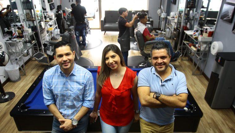 Álex Orellana —izquierda—, Irene Carrillo —al centro— y Héctor Carrillo —derecha— son los socios fundadores de Mister Barber Shop. (Foto Prensa Libre:
