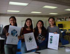 Estudiantes de bachillerato muestran los planos de ensamble del CubeSat, luego de concluir el taller de ensamble del mismo. (Foto Prensa Libre, cortesía de Víctor Ayerdi).