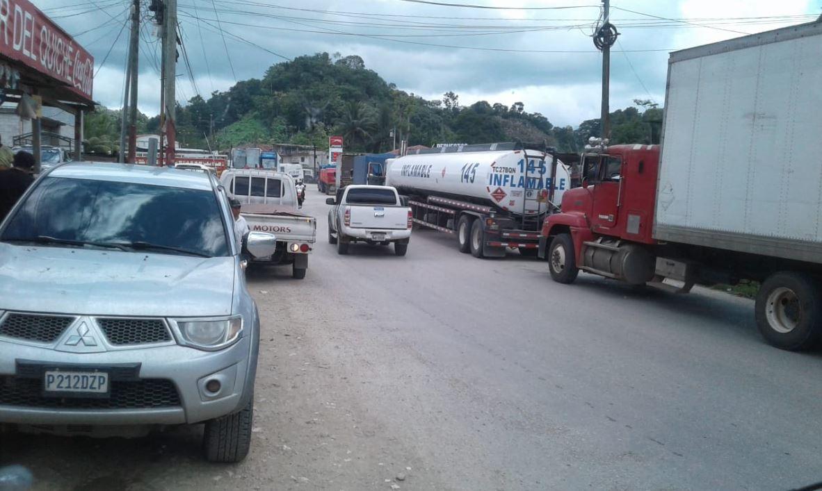 Largas filas de vehículos se han formado en ambas vías de la ruta que lleva a San Luis, Petén. (Foto Prensa Libre: Dony Stewart)