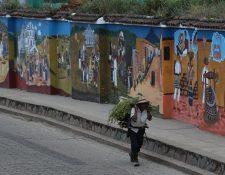Uno de los principales atractivos de San Juan Comalapa son los murales pintados en las paredes del Cementerio General, los cuales le dan la bienvenida a los visitantes. (Foto Prensa Libre: Álvaro Interiano)