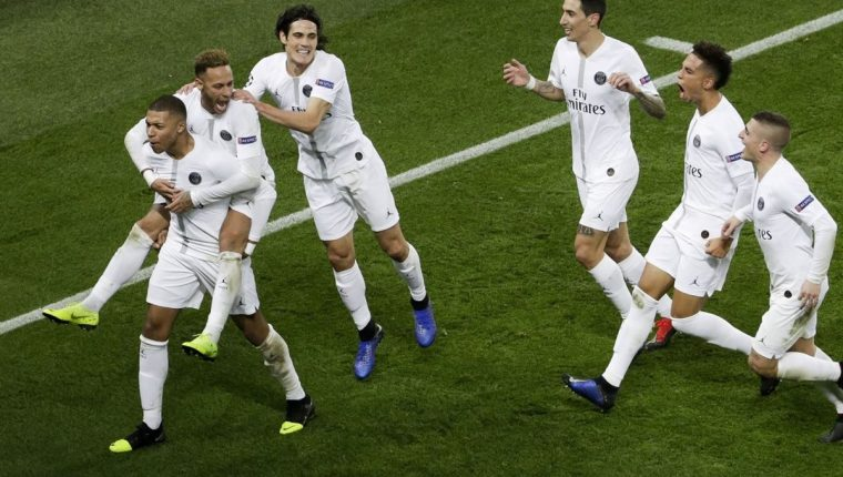 Los jugadores del París SG celebran la segunda anotación conseguida por Neymar. (Foto Prensa Libre: AFP).
