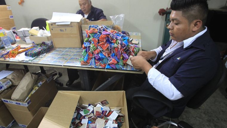 Miguel Ángel López en su lugar de trabajo en el Inguat. (Foto Prensa Libre: Esbin García).