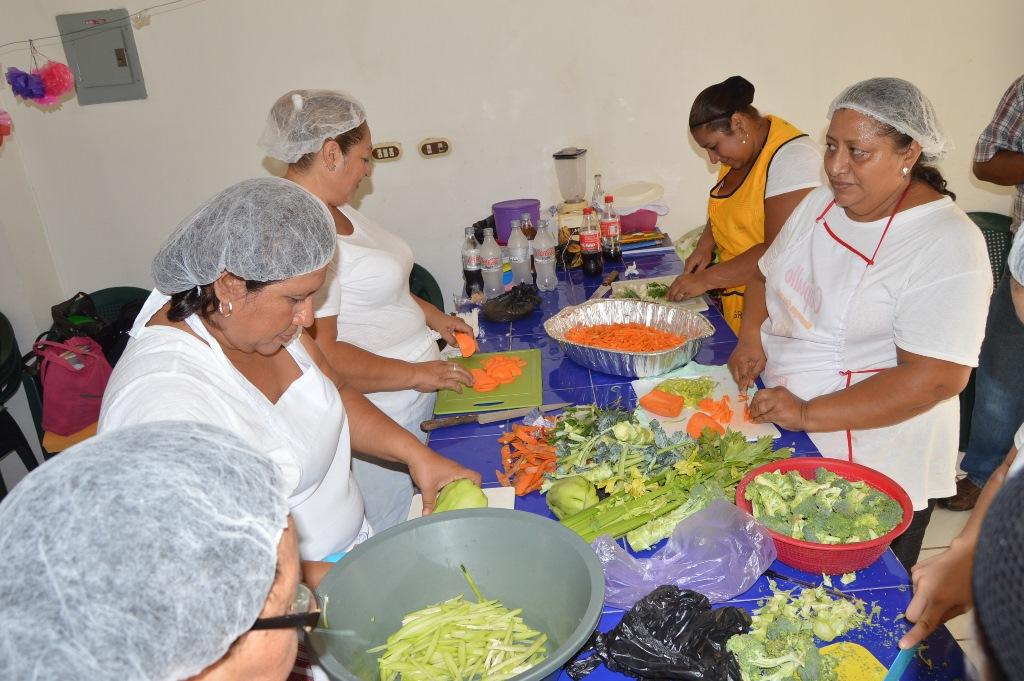 Mujeres de la cabecera de Zacapa reciben cursos de comida y repostería, impartido por parte de la comuna. (Foto Prensa Libre: Víctor Gómez)
