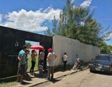 Entrada de la escuela rural en Santa Cruz Naranjo, donde tres sujetos entraron para asaltar a niños y maestros. (Foto Prensa Libre: Oswaldo Cardona)