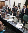 Carlos Beltetón, gerente el INDE, expone al Concejo de Quetzaltenango la crisis en el servicio eléctrico de la ciudad altense. (Foto Prensa Libre: Mynor Toc)