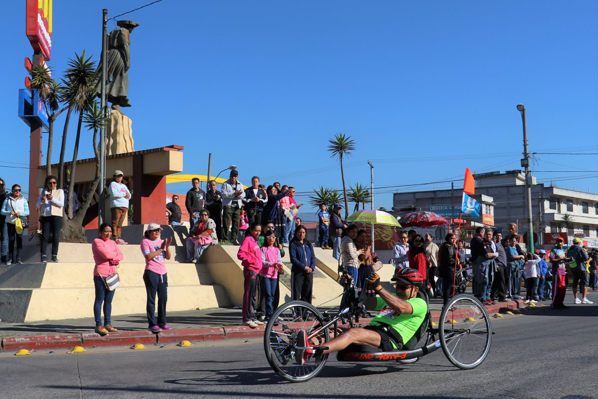 Armando Carrillo pasa frente al monumento a La Marimba donde fue ovacionado por los aficionados. (Foto Prensa Libre: Raúl Juárez)