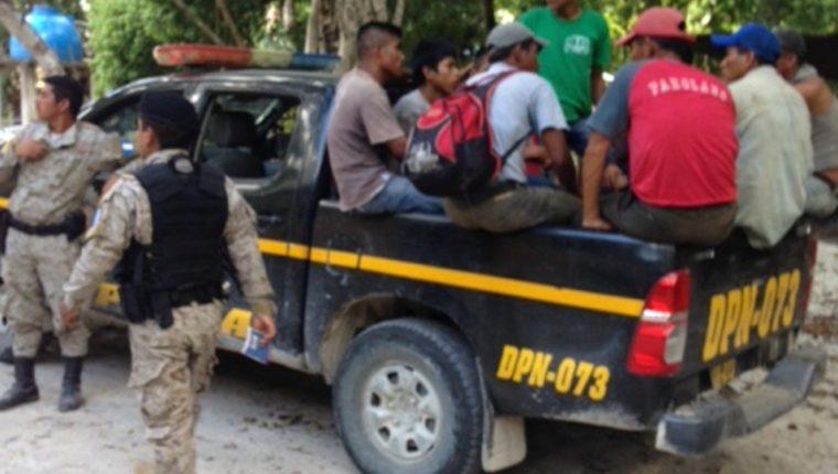 Algunos de los campesinos capturados en Flores, Petén. (Foto Prensa Libre: Cortesía).