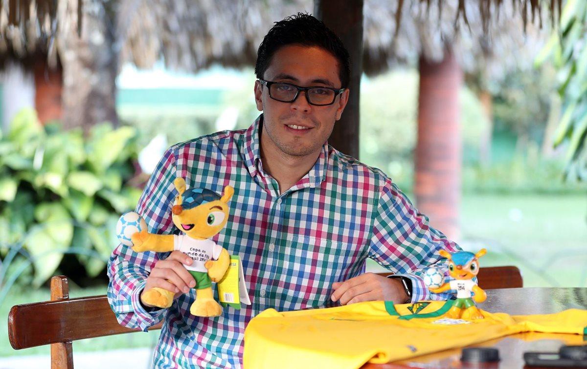 Óscar Jiménez guarda con mucho aprecio a Fuleco, la mascota del Mundial de Brasil 2014. (Foto Prensa Libre: Eddy Recinos).