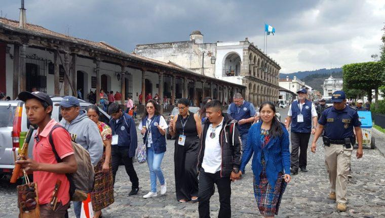 Un grupo de observadores internacionales recorren calles de La Antigua Guatemala. (Foto Prensa Libre: Julio Sicán)