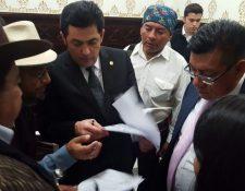 Momento en que autoridades ancestrales entregan petición al presidente del Legislativo, Óscar Chinchilla. (Foto Prensa Libre: Congreso de Guatemala)