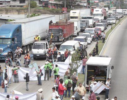 Los bloqueos de distintos grupos han causado largas filas de vehículos en todo el país, causando pérdidas económicas. (Foto Prensa Libre: Hemeroteca PL)