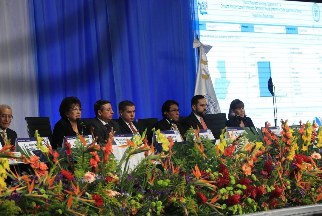 Magistrados del Tribunal Supremo Electoral en el momento de informar resultados de consulta popular 2018. (Foto Prensa Libre: Estuardo Paredes)