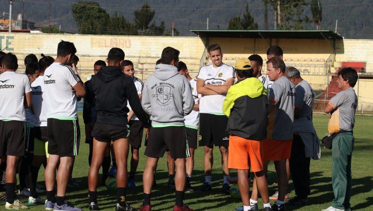 Los jugadores de Marquense conversan con los directivos para exigir el pago de los salarios atrasados. (Foto Prensa Libre: Raúl Juárez).
