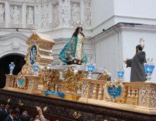 La Virgen de la Concepción de Ciudad Vieja, en el momento en que sale del templo. (Foto Prensa Libre: Julio Sicán)