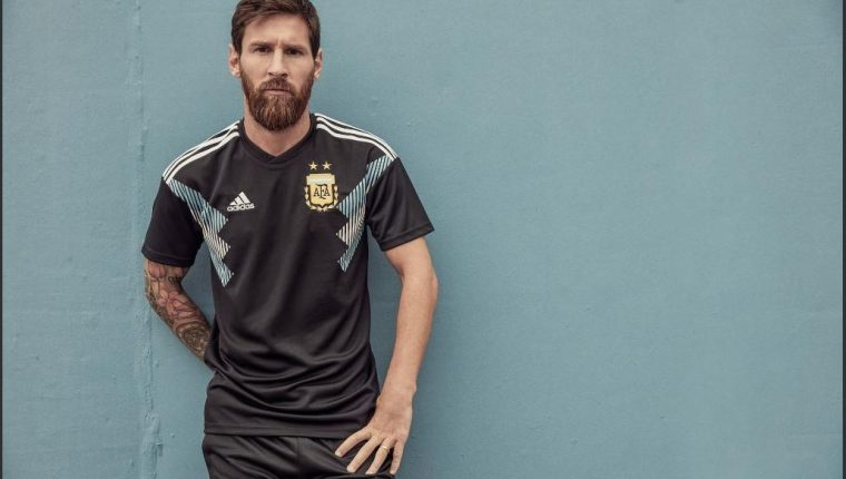 Lionel Messi posa con la nueva playera de la Selección de Argentina. (Foto Adidas).