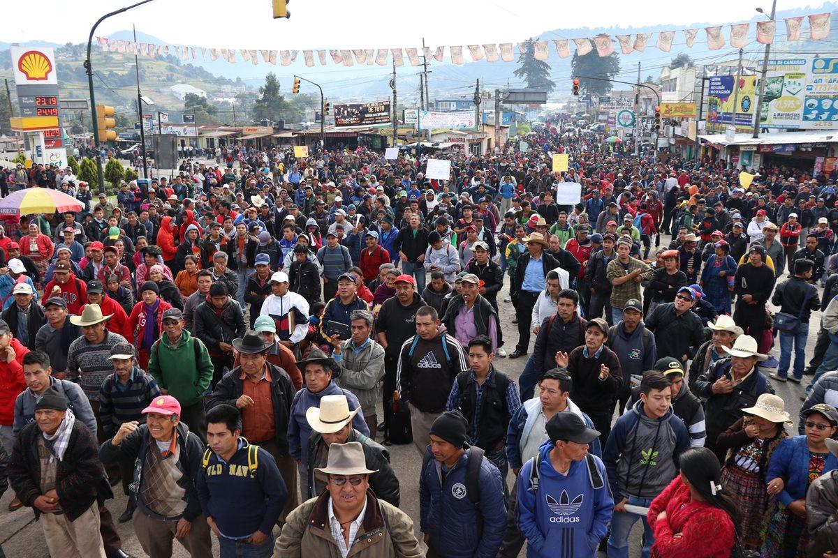 Integrantes de los 48 Cantones de Totonicapán, durante el bloqueo en Cuatro Caminos. (Foto Prensa Libre: María José Longo)