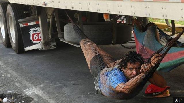 El bloqueo de carreteras ha llevado a que los camioneros busquen alternativas para dormir. (Foto Prensa Libre: AFP)