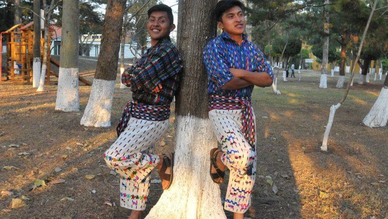 La agrupación Poesía loca está integrado por Jasy Mendoza y Juvi Hernández, originarios de San Juan la Laguna, Sololá. (Foto Prensa Libre: Ana Lucía Ola)