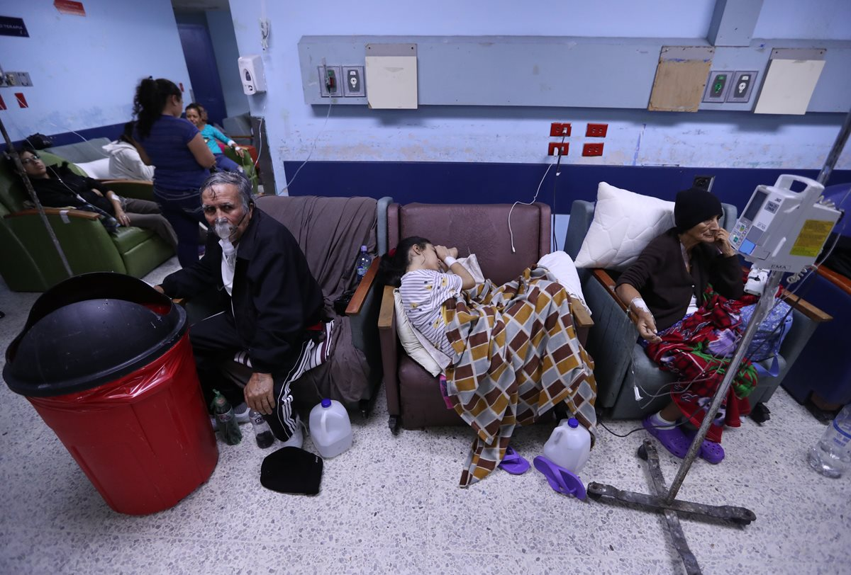 Los pacientes deben esperar horas e incluso días para esperar una cama en la emergencia del San Juan de Dios. (Foto Prensa Libre: Esbin García)