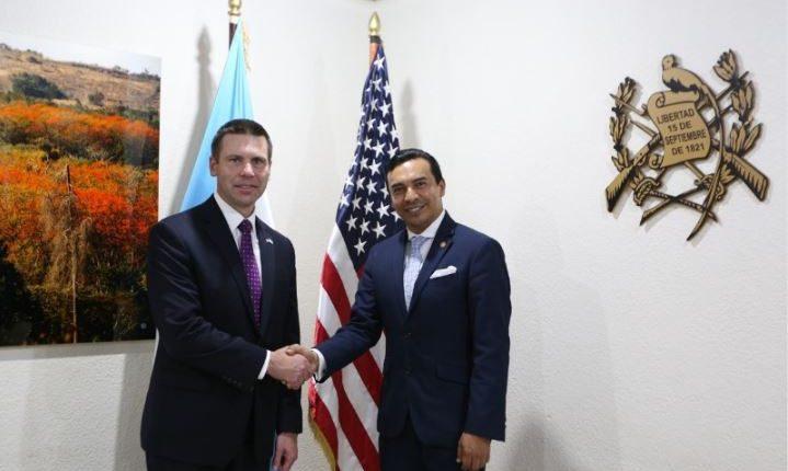 El jefe de la Patrulla Fronteriza, Kevin McAleenan, saluda al vicecanciller Pablo García Sáenz. (Foto: Minex)