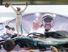 Lewis Hamilton, de Mercedes, festeja después de haber ganado el Gran Premio de Emiratos Árabes Unidos. (Foto Prensa Libre: AFP).