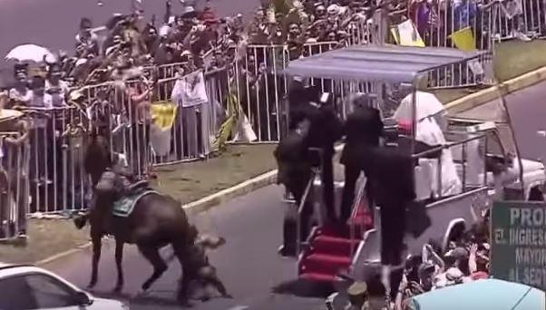 Captura de video del momento de la caída de la mujer agente en Chile. (Foto Prensa Libre: AFP)