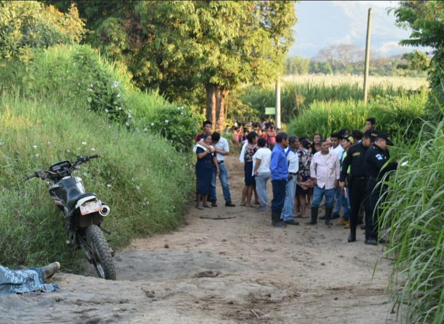 """Byron Baldemar Machuca, de 36 años, conocido como """"Capulín"""", exjugador del Deportivo Siquinalá, fue ultimado a balazos en una ruta de terraceria.(Foto Prensa Libre: Carlos Paredes)"""