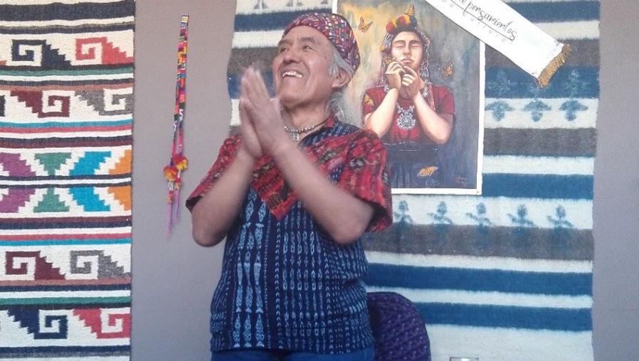 Fotografía del 29 de julio de 2018, en el centro cultural Momostipán, de Momostenango, Totonicapán, cuando el poeta Humberto Akabal efectuó, por primera vez, un recital de su obra en su pueblo natal. (Foto Prensa Libre: Hemeroteca PL)