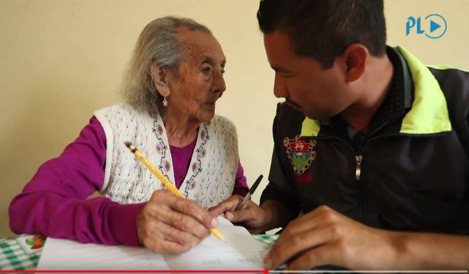 Matilde Contreras junto a Édgar Mancio Álvarez, promotor del Centro Tecnológico, Cultural y Educativo Parque Navidad de la zona 5. (Foto Prensa Libre: Hemeroteca PL)