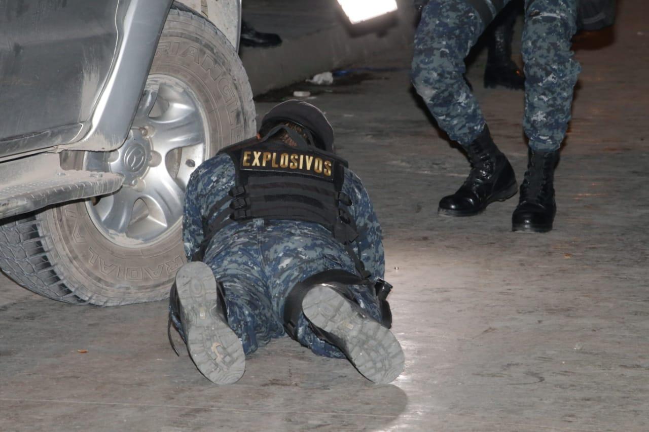 Carlos Eduardo Ortiz Zepeda fue detenido en la zona 18 con un artefacto explosivo que fue revisado por policías. (Foto Prensa Libre: PNC)