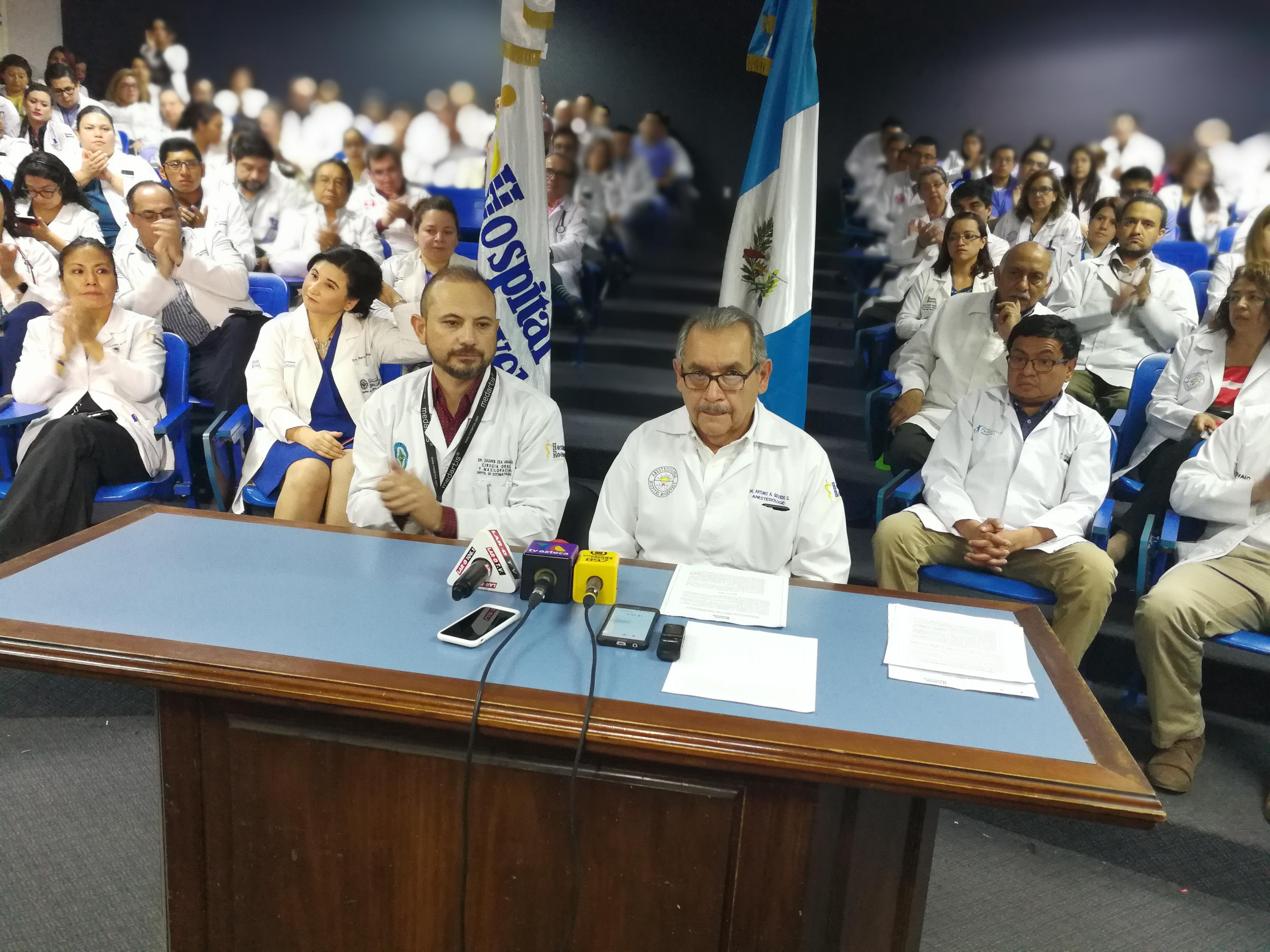 La asamblea del médicos y profesionales de la salud del Hospital Roosevelt dieron una conferencia de prensa para mostrar su postura en el tema de firma de contratos e incremento salarial  al gremio. (Foto Prensa Libre: Ana Lucía Ola)