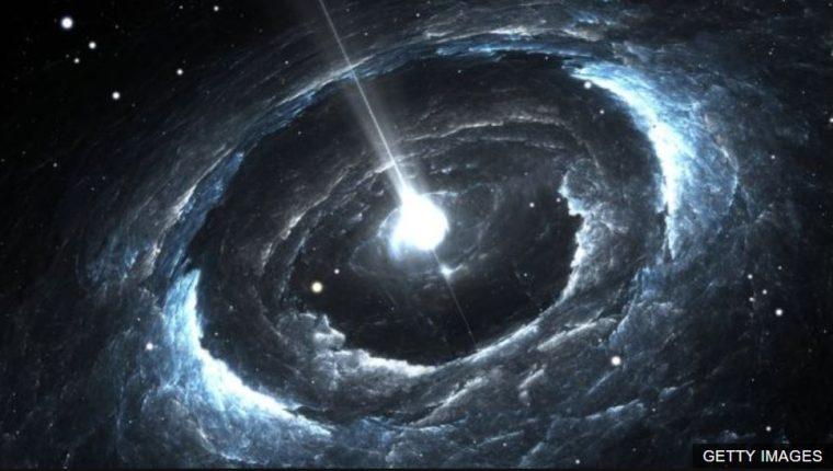 Una estrella de neutrones giratoria altamente magnetizada podría ser una fuente de las señales, según una de las teorías.