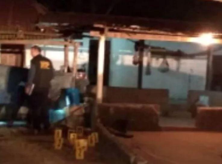 Investigadores reúnen indicios en la vivienda donde ocurrió el ataque armado en Zacapa. (Foto Prensa Libre: Cortesía PNC).