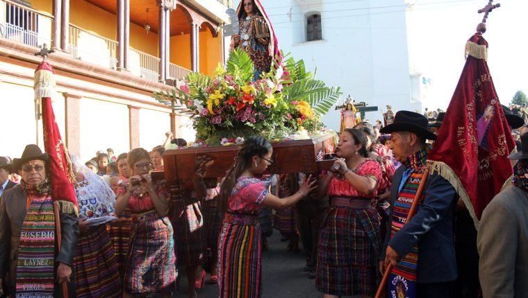 La centenaria imagen de Santa Cecilia es llevada en hombros por feligreses en las calles de Santa Cruz del Quiché. (Foto Prensa Libre: Óscar Figueroa)