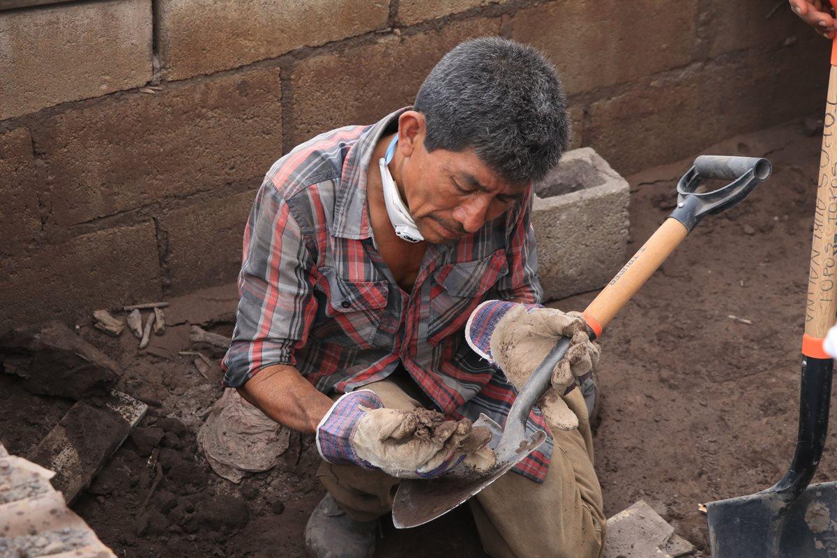 Utilizando su olfato don Chávez detecta los cadáveres en descomposición. (Foto Prensa Libre: Carlos Paredes)