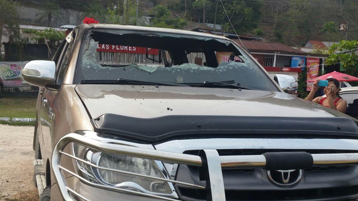 Vidrios del automotor incendiado en San José, Petén, quedan destruidos. (Foto Prensa Libre: Rigoberto Escobar)