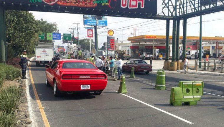 El agujero afecta el paso vehicular en la 39 avenida de la calzada Roosevelt. (Foto Prensa Libre: Emixtra)