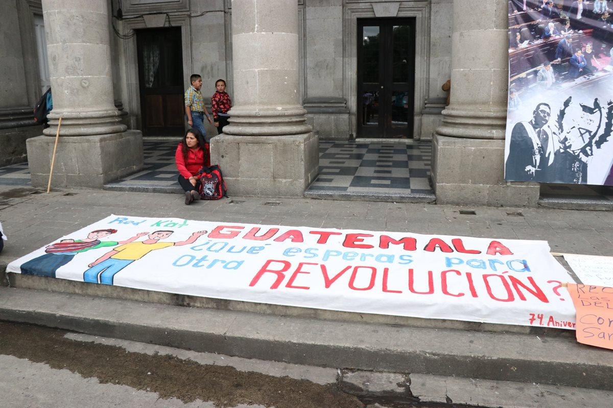Jóvenes conmemoran los 74 años de la revolución del 20 de octubre