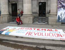 Jóvenes se reunieron anoche para hacer esta manta con la que envían un mensaje a los guatemaltecos. (Foto Prensa Libre: María Longo).