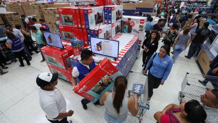 Masiva afluencia de personas a la temporada de rebajas en Walmart, del 3 al 5 de noviembre. En la fotografía la tienda de esa firma ubicada en la Calzada Roosevelt. (Foto, Prensa Libre Paulo Raquec).