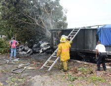 Socorristas sofocan incendio en un camión que chocó en la autopista a Puerto Quetzal, Escuintla. (Foto Prensa Libre: Carlos. E. Paredes)