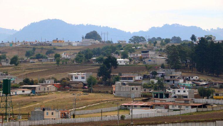 Vecinos de comunidades cercanas a la Granja Penal Cantel denuncian que son perjudicados por las antenas bloqueadoras de señal de esa prisión. (Foto Prensa Libre: Carlos Ventura)