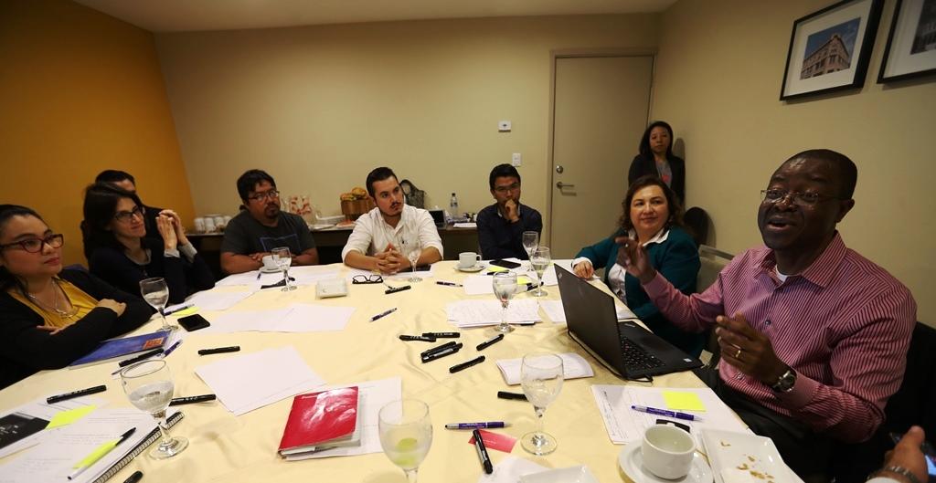 Vini Onyemah –der, camisa morada– es experto para el crecimiento acelerado de empresas y economías de ciudades emergentes. (Foto Prensa Libre: Mynor Toc)