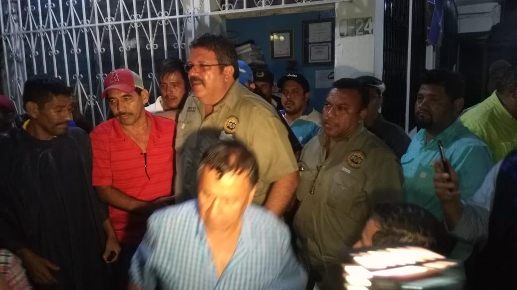 Alfonso García-Juncos Hemmerling, alcalde de Coatepeque, Quetzaltenango, sale del lugar donde supuestamente estuvo retenido. (Foto Prensa Libre: Alex Coyoy)